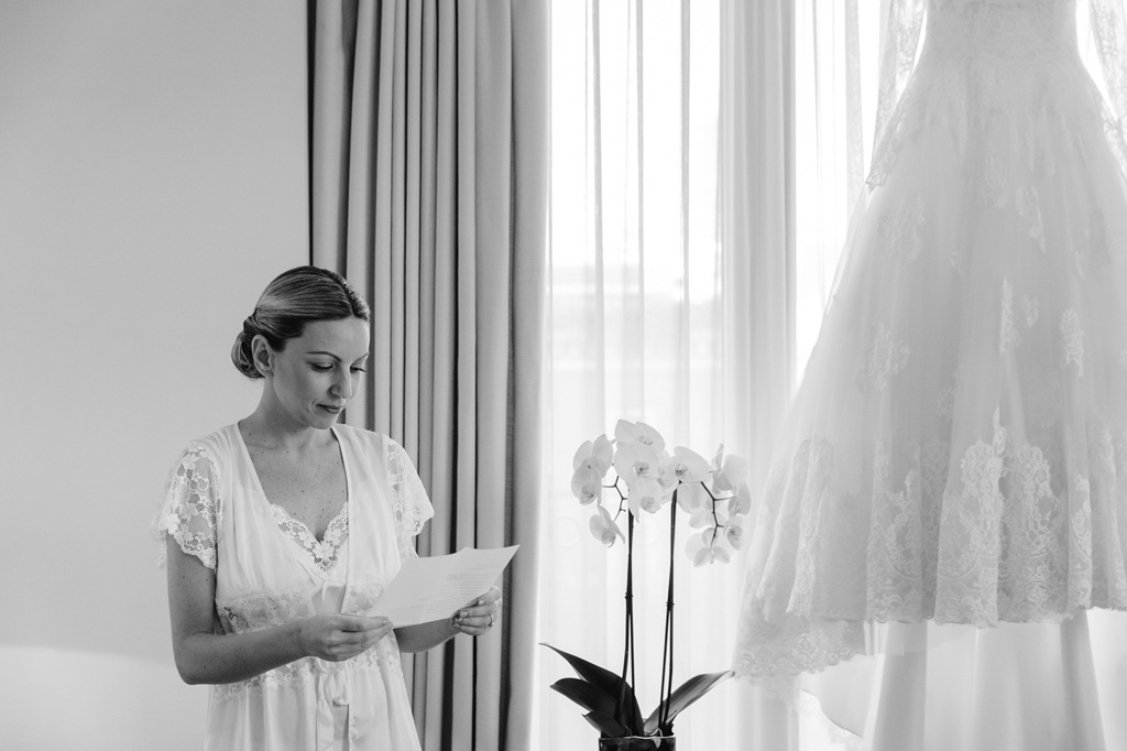 Irene legge una dedica prima di cominciare la preparazione