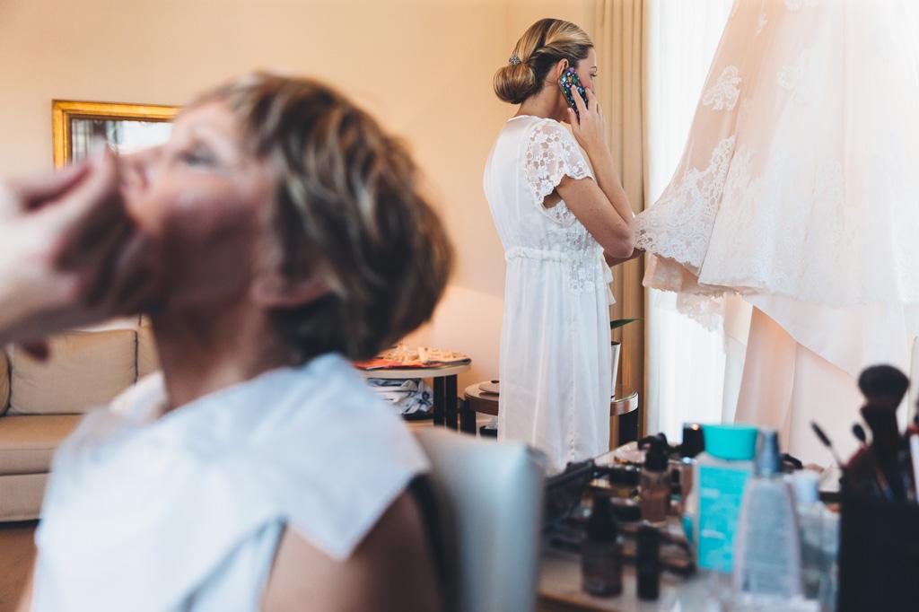 La sposa telefona ad alcune amiche prima di prepararsi per la cerimonia