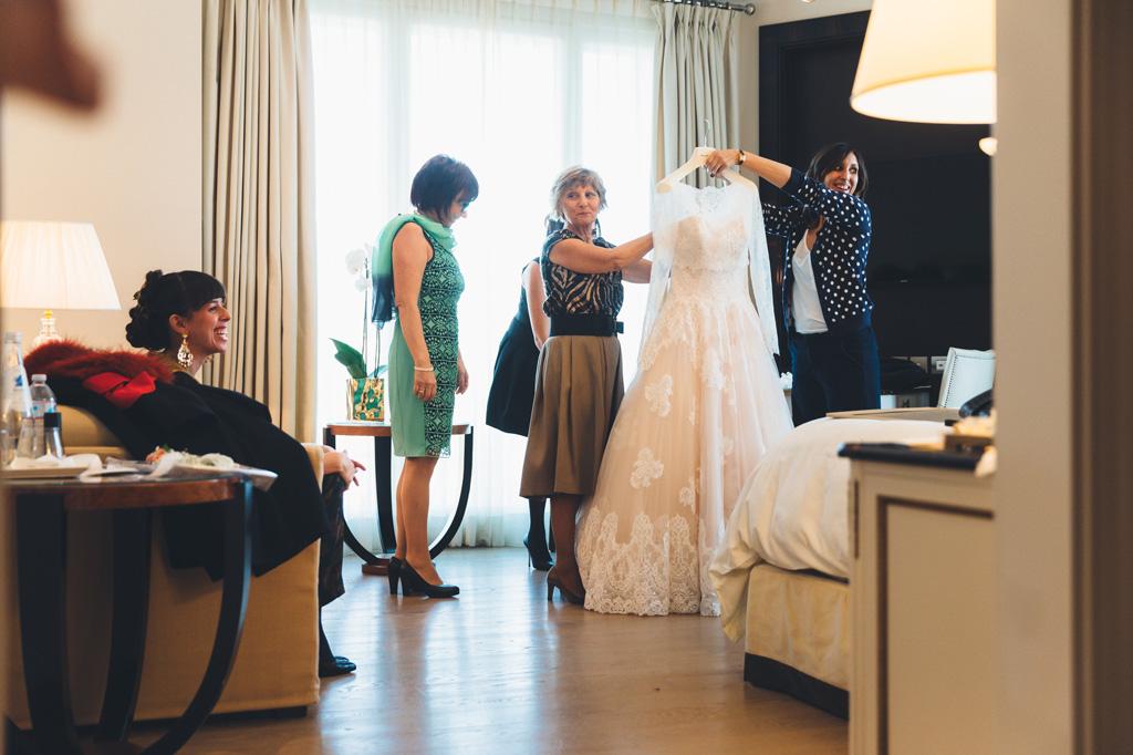 Le damigelle tirano giù il vestito della sposa