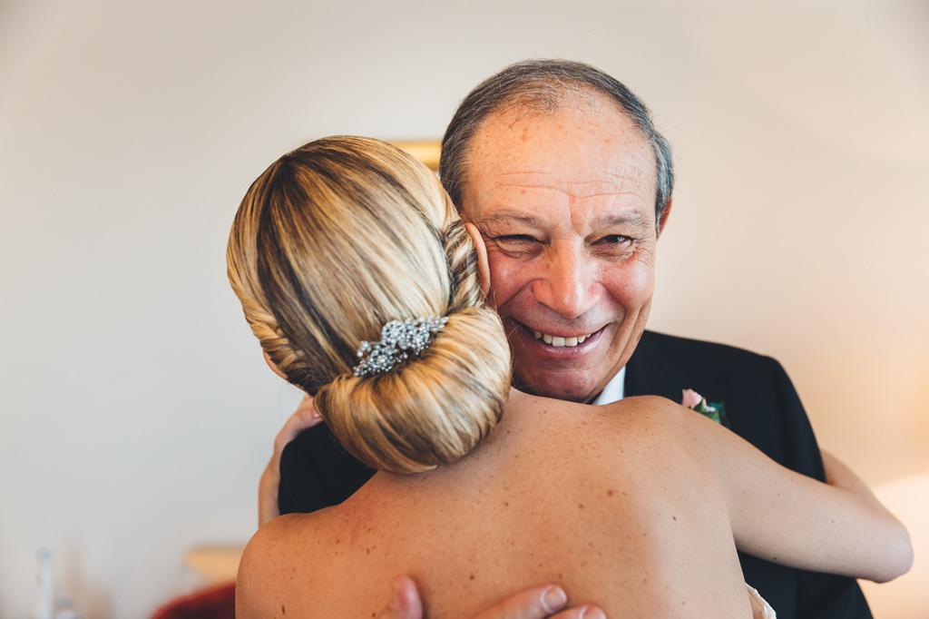 il padre abbraccia con gioia la figlia Irene