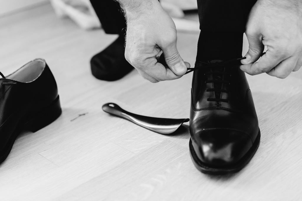 Riccardo allaccia le scarpe da cerimonia di matrimonio