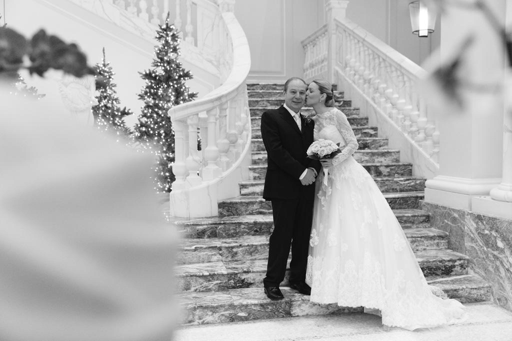 Irene bacia il padre sulle scale