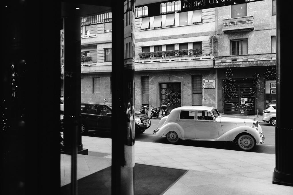 Una macchina attende l'arrivo della sposa all'uscita dell'hotel