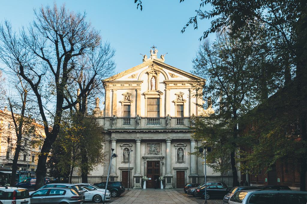 Una panoramica esterna della chiesa Sant'Angelo in via della Moscova