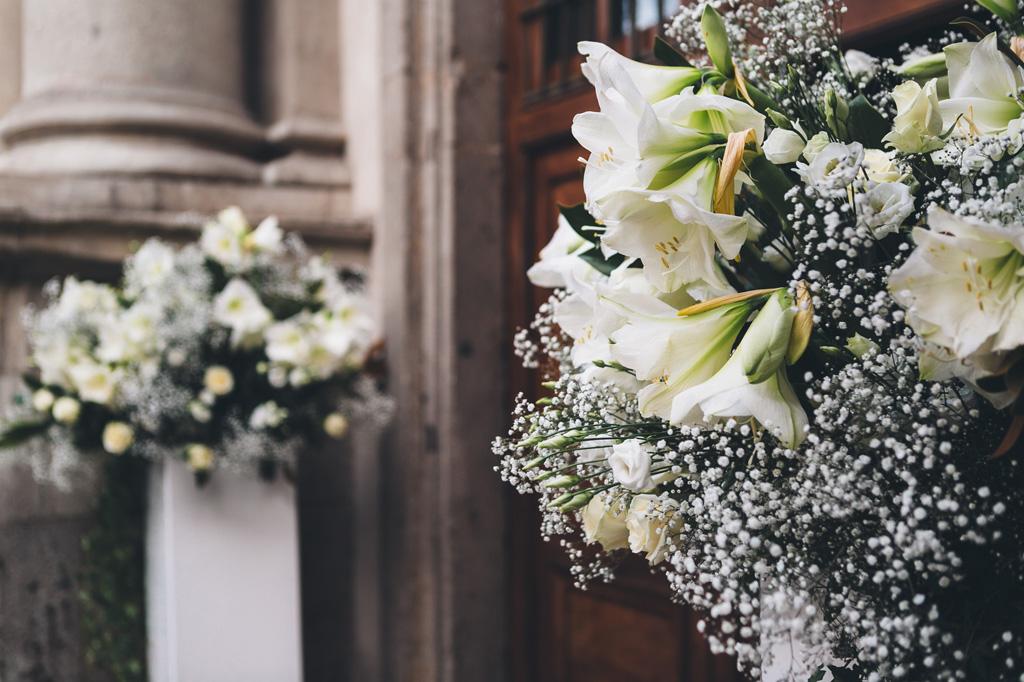 Un dettaglio dei fiori all'uscita della chiesa