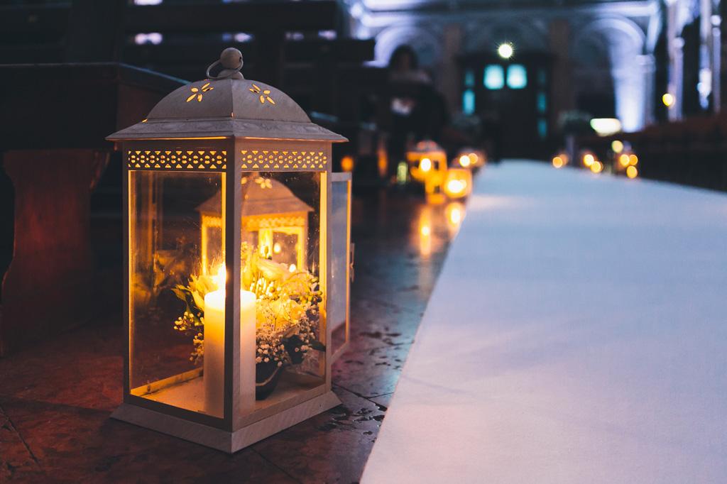Alcune candele illuminano il pavimento della chiesa di Sant'Angelo
