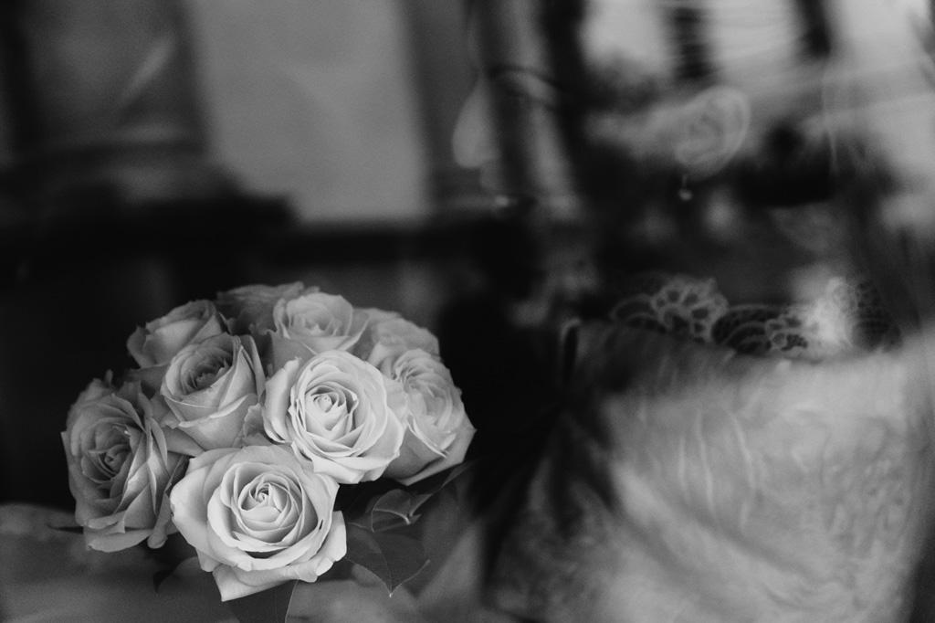 La sposa tiene in mano il bouquet di rose