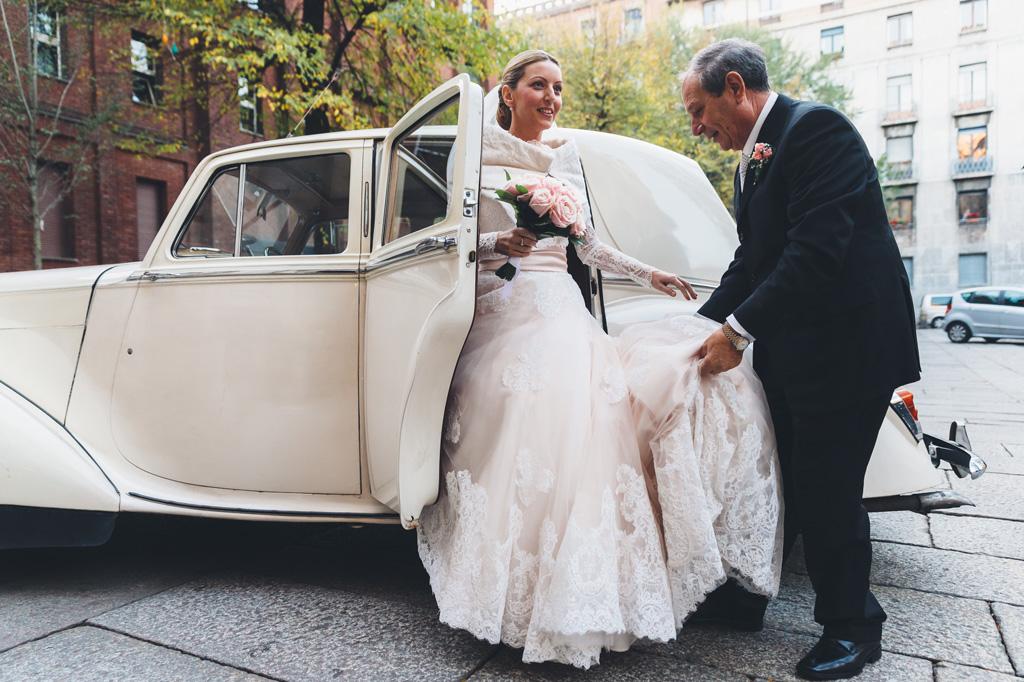 Il padre aiuta la figlia Irene a scendere dalla macchina