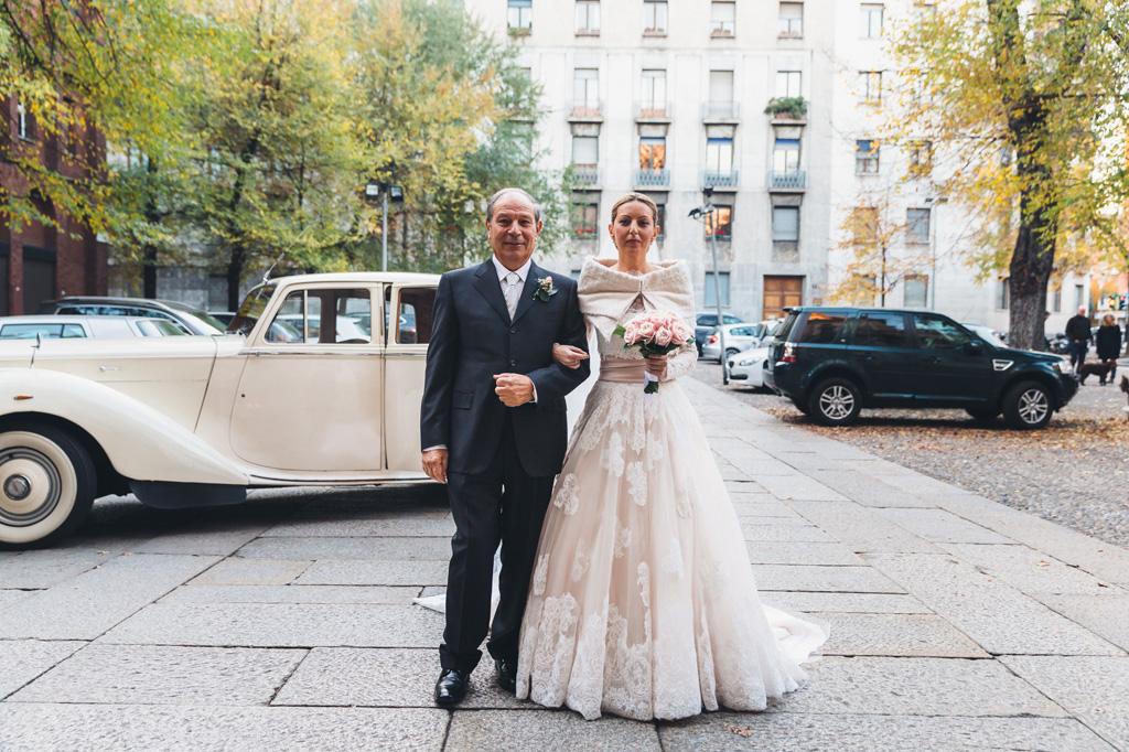 Il padre posa in compagnia della figlia all'uscita della chiesa in via della Moscova a Milano