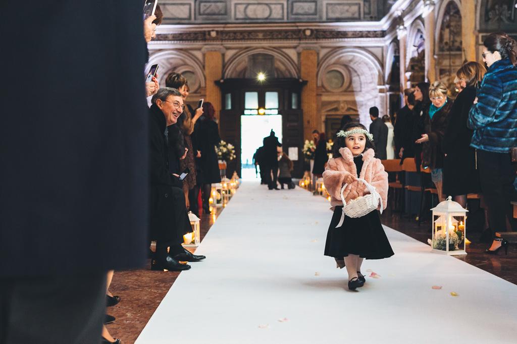 Una bambina attraversa la navata della chiesa Sant'Angelo