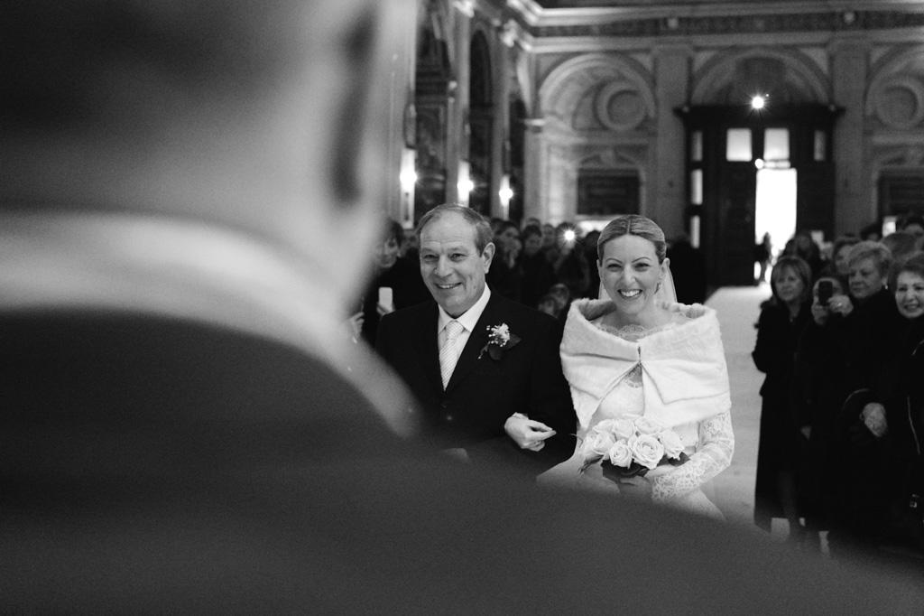 Irene raggiunge lo sposo sino all'altare