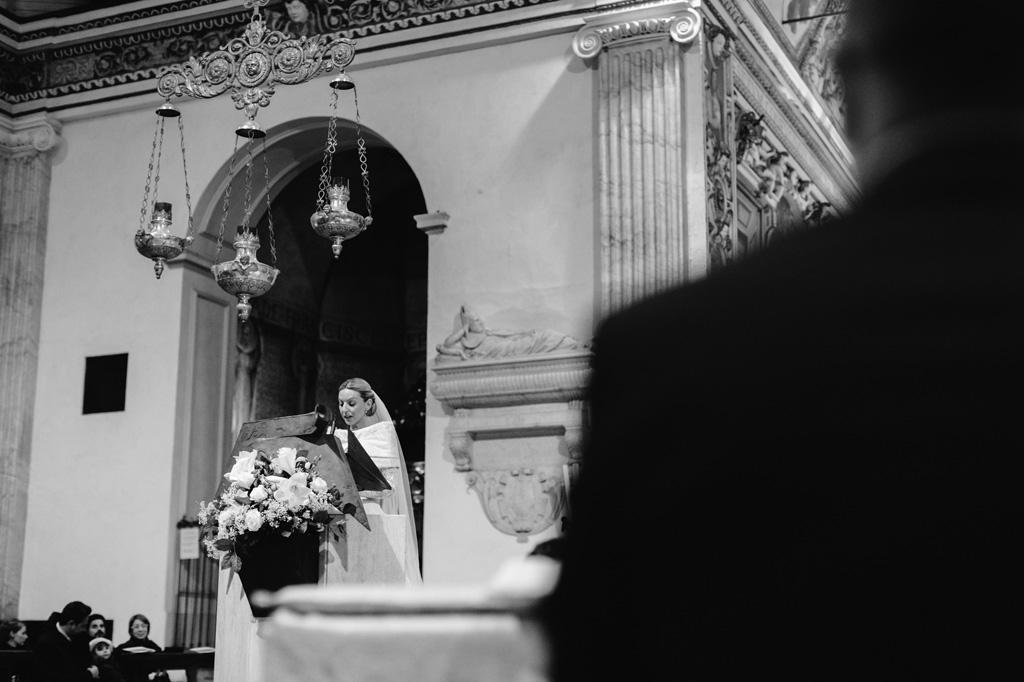 La sposa Irene elenca alcune preghiere in chiesa