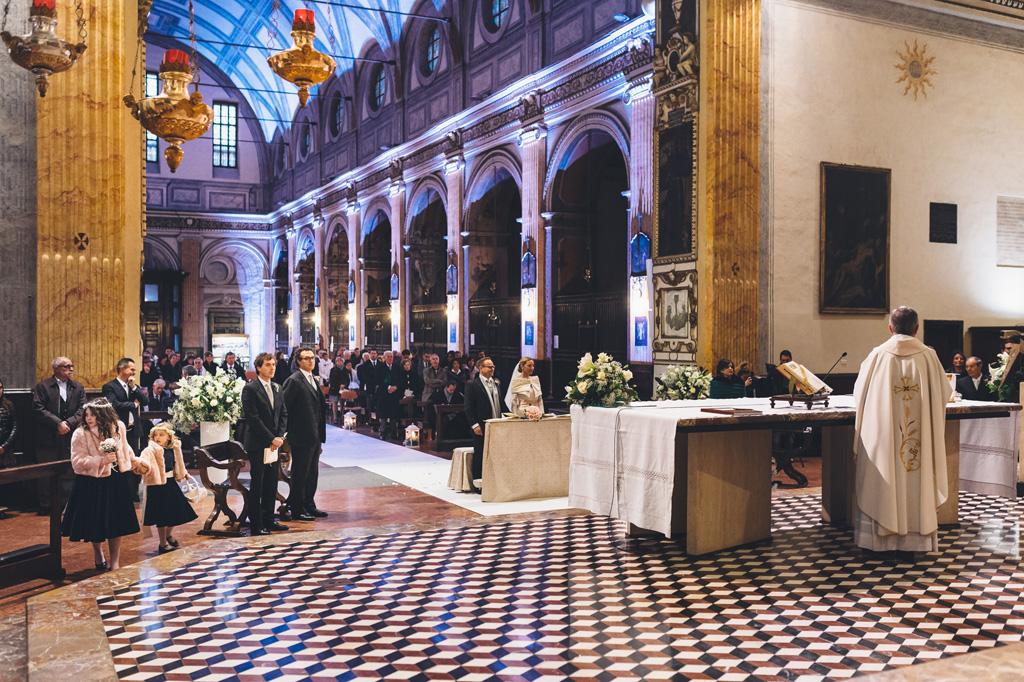 Un campo totale dello svolgimento della cerimonia per il matrimonio di Riccardo e Irene