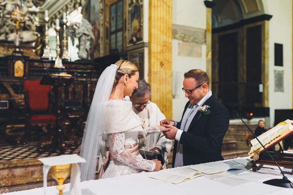 Riccardo indossa l'anello nunziale a Irene