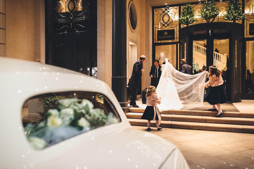 Gli sposi raggiungono l'hotel a Palazzo Parigi