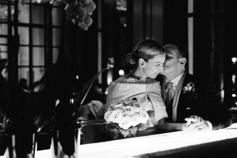 Riccardo bacia la sposa sul balcone del bar