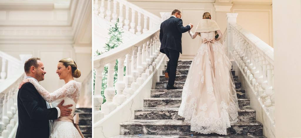 I due sposi, Irene e Riccardo passeggiano lungo gli scalini di Palazzo Parigi