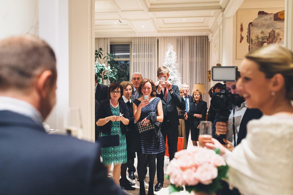 Gli invitati accolgono meravigliati gli sposi