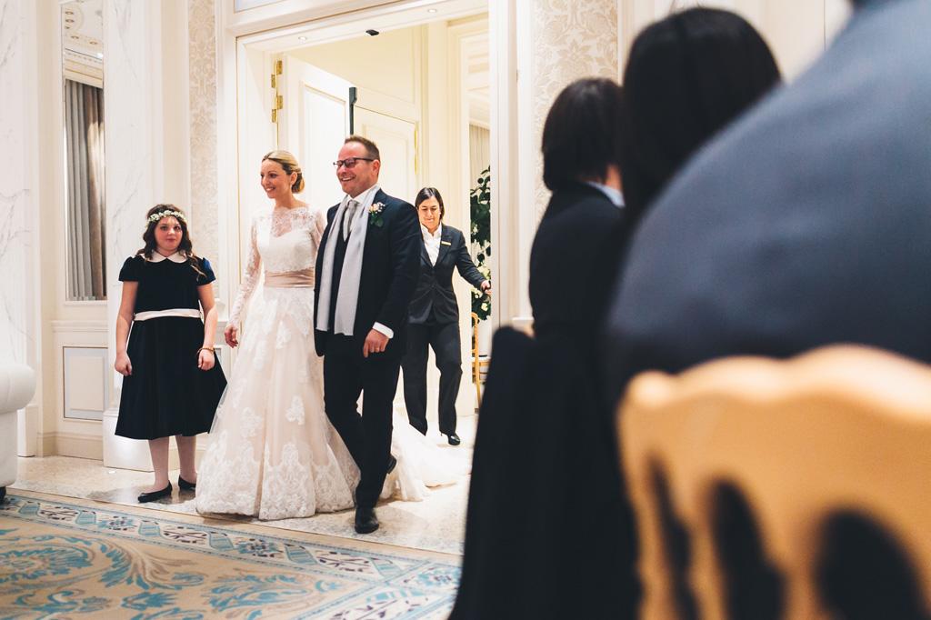 I due sposi, Riccardo e Irene, raggiungono la sala mano nella mano