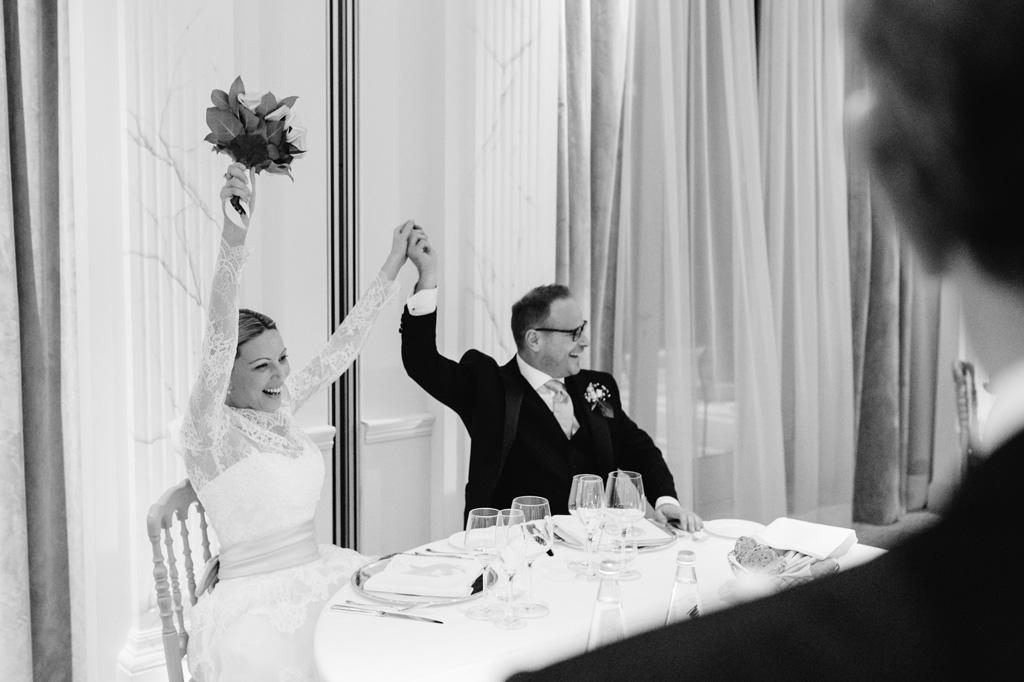 I due sposi festeggiano a tavola
