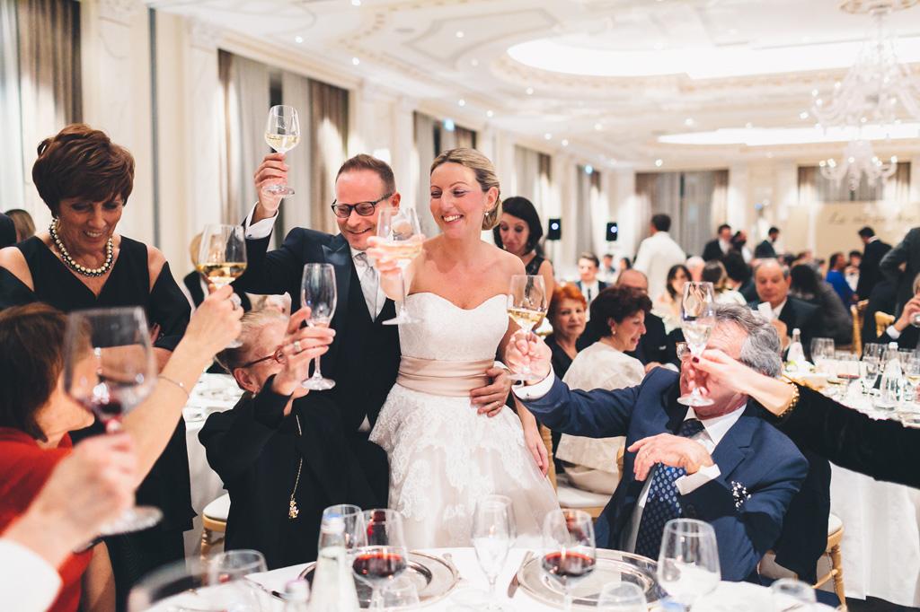 Gli sposi alzano i bicchieri per festeggiare con gli invitati