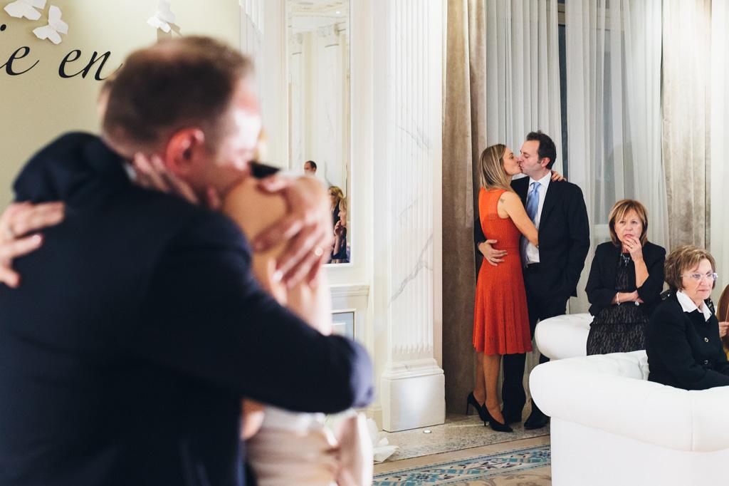 Anche gli invitati si scambiano dei baci