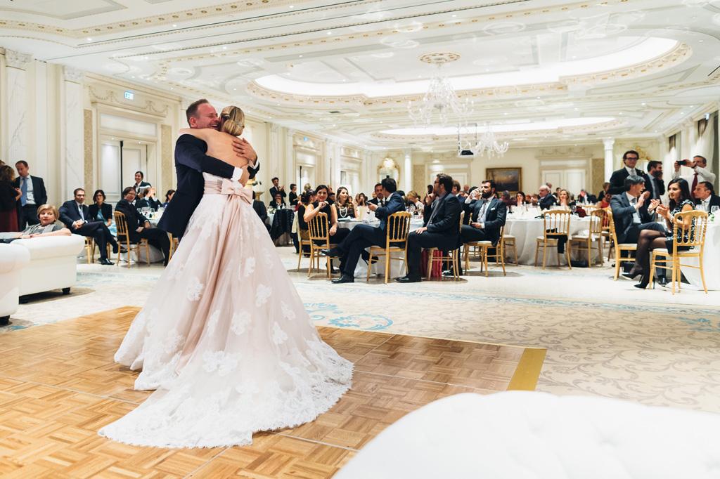 I due sposi hanno preparato un ballo romantico per gli invitati