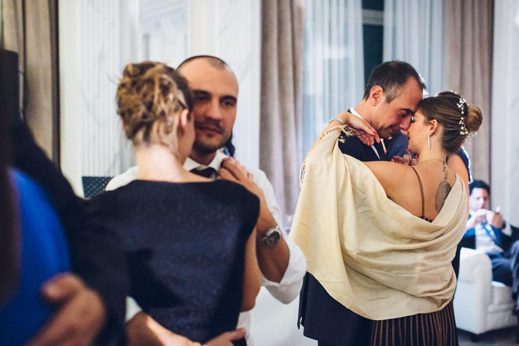 Gli invitati danzano a coppie