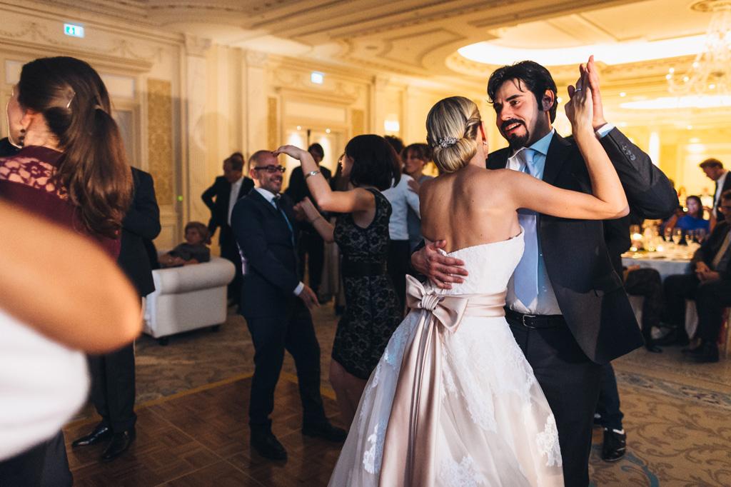 Un'invitato s'intrattiene in una danza con Irene