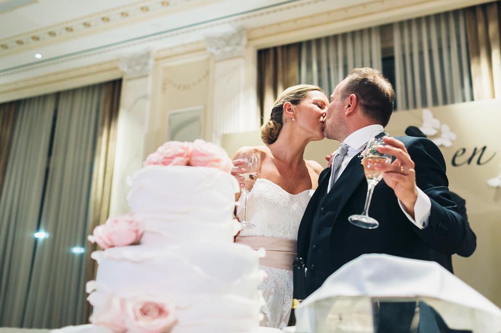 Riccardo e Irene si baciano dopo il taglio della torta