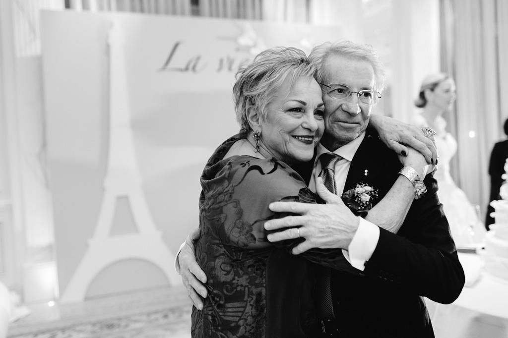 Due invitati si abbracciano emozionati per gli sposi