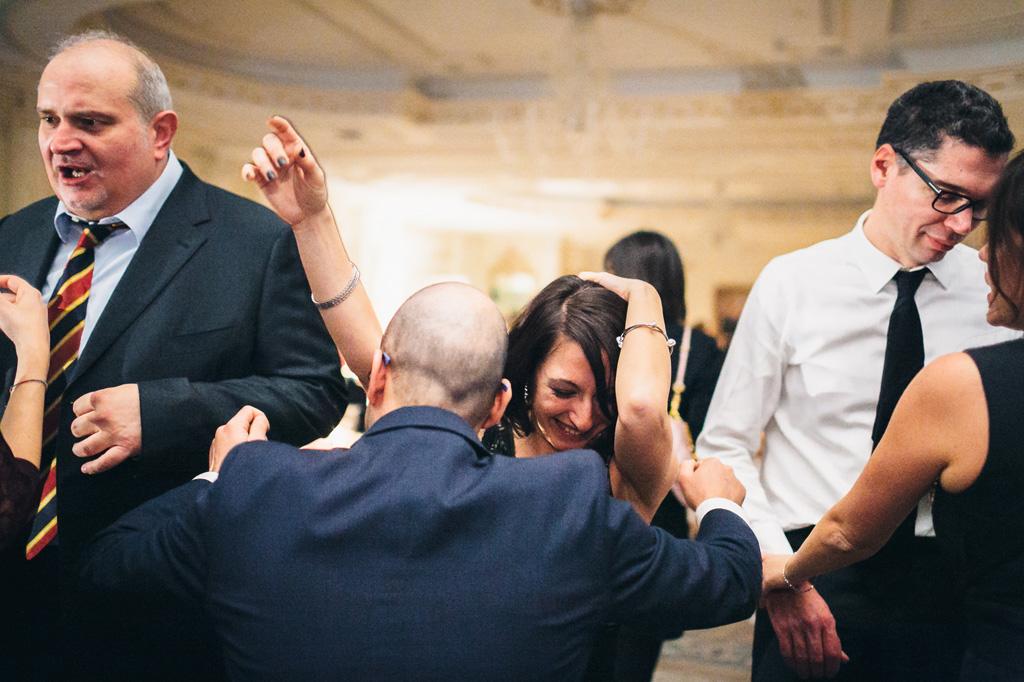 Gli invitati si divertono con balli scatenati presso Palazzo Parigi