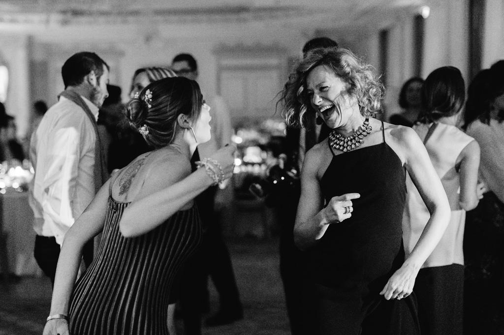 Le invitate ridono a crepapelle durante la serata