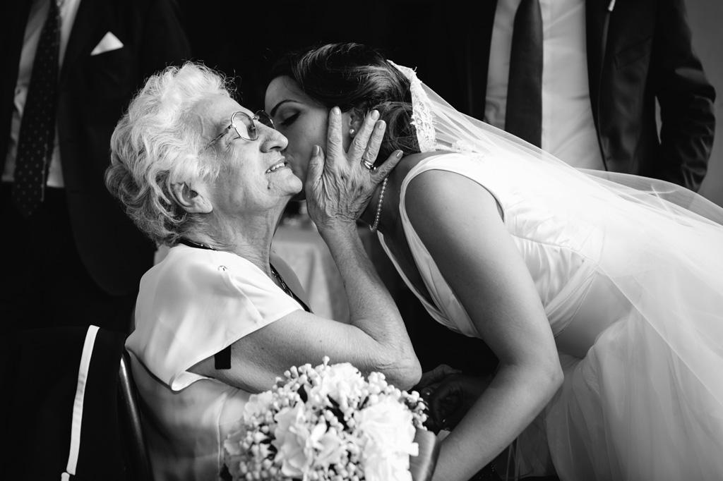 Abbraccio Sposa e Nonna - Reportage