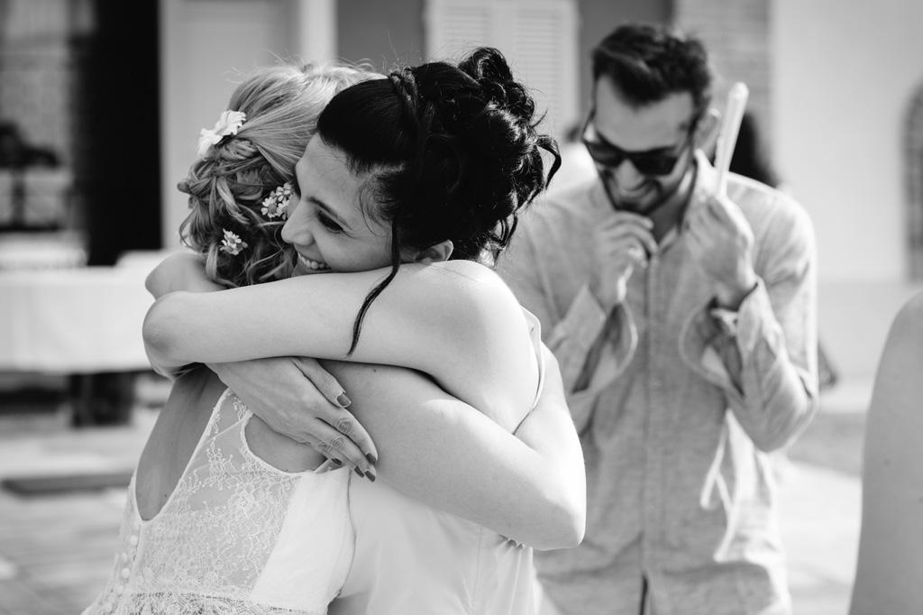 Abbraccio Sposa e Amica Reportage Matrimonio MIlano
