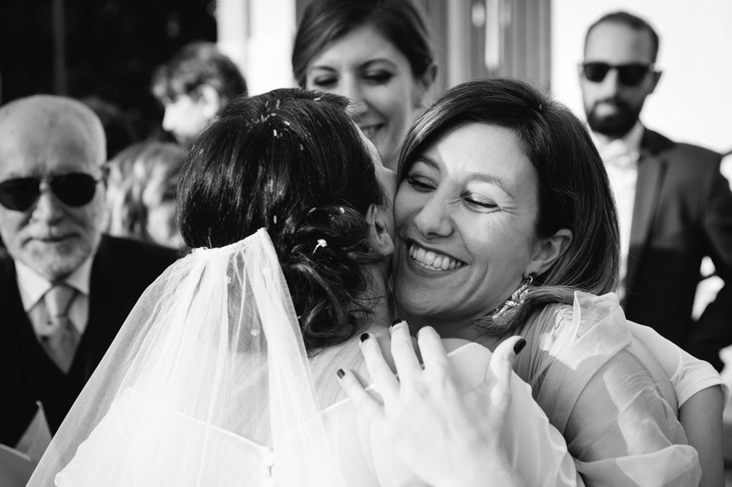 Abbraccio Dopo la Cerimonia Nozze - Reportage Milano