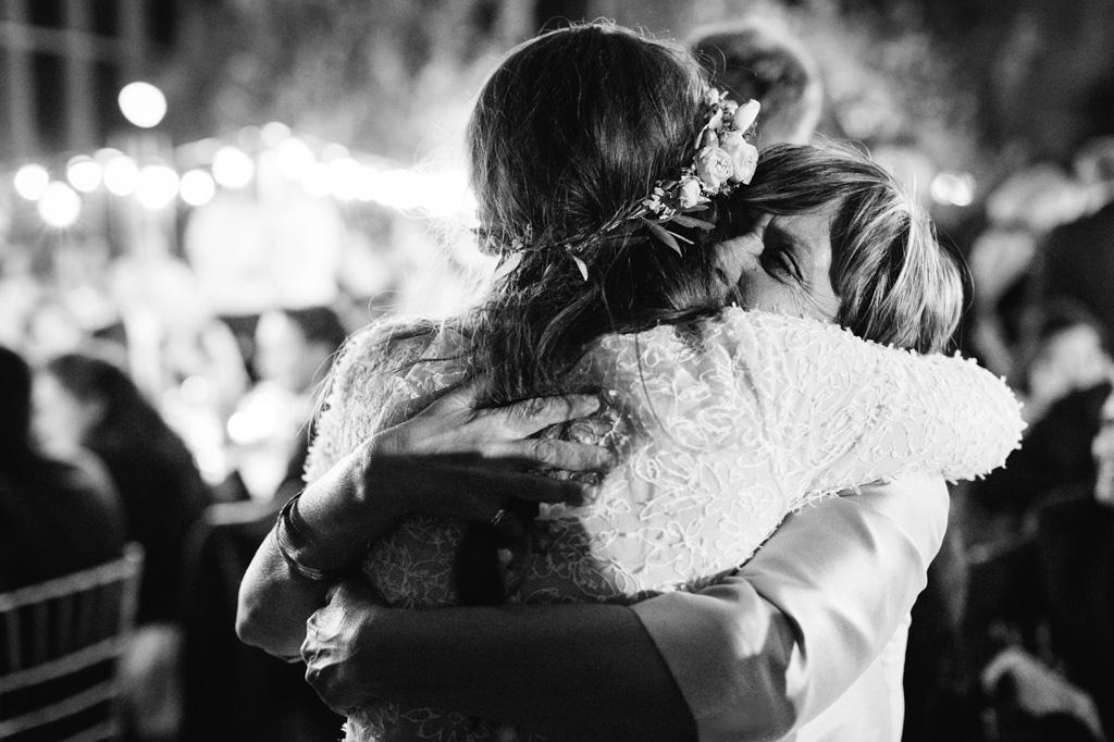 Abbraccio con la Sposa Foto di Reportage Matrimonio Milano