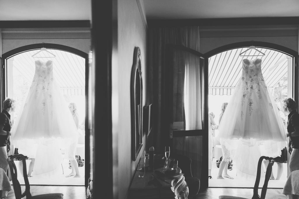 Il vestito della sposa è appeso tra il balcone e la camera di preparazione