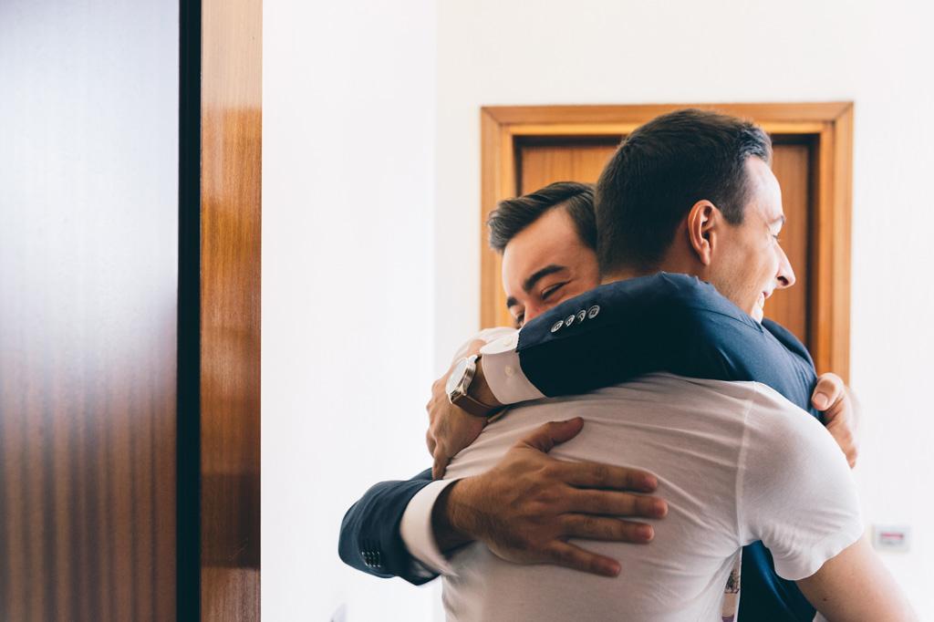 Lo sposo abbraccia un amico