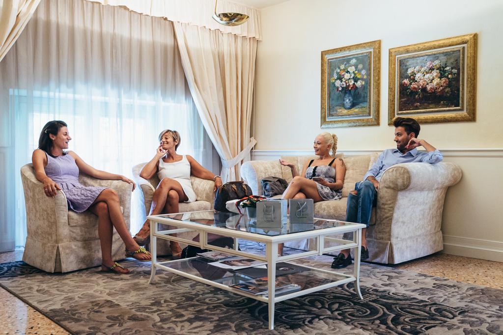 La sposa conversa con i parenti prima della preparazione