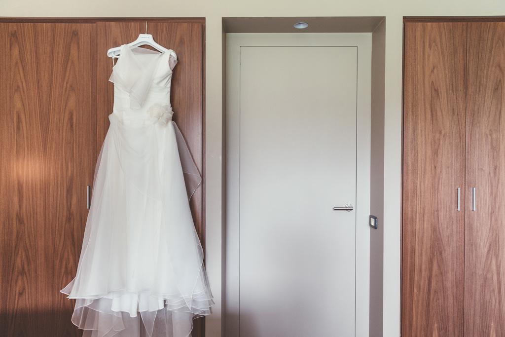L abito di Daniela è appeso all'armadio