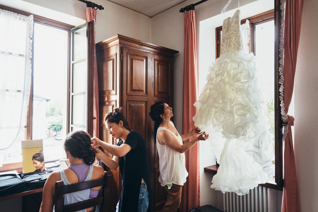 Lo splendido vestito della sposa è appeso sopra la finestra