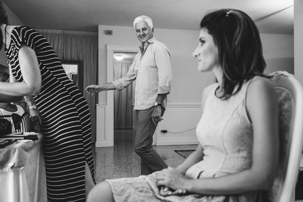 Il padre osserva meravigliato la figlia durante la fase di preparazione in uno scatto di Alessandro Della Savia