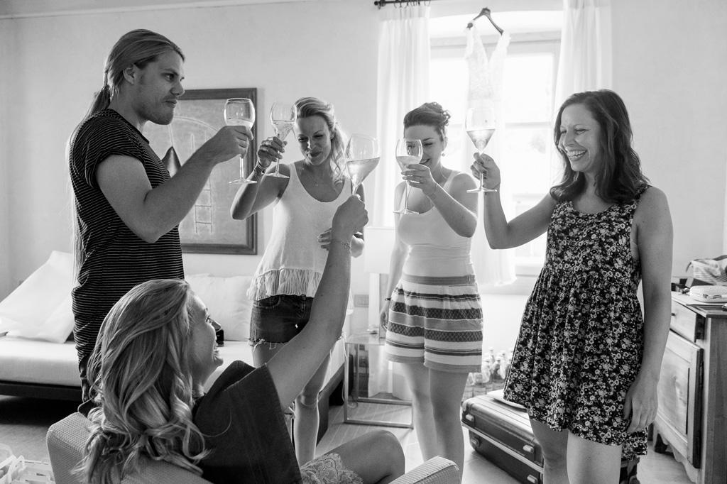 Le damigelle alzano entusiaste bicchieri di champagne