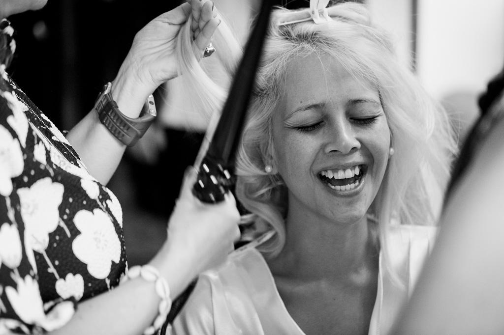 La sposa è acconciata dalla parrucchiera