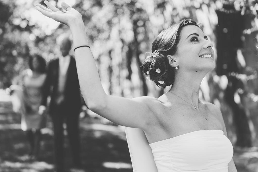 Silvia passeggia sorridente ocn il suo vestito da sposa