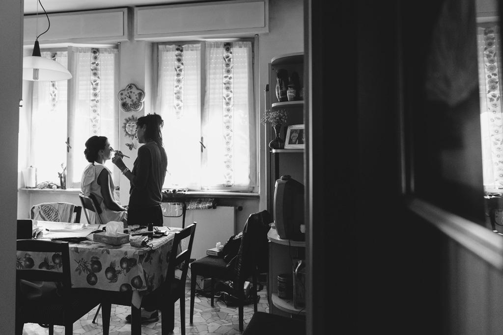 Una damigella trucca la sposa in camera