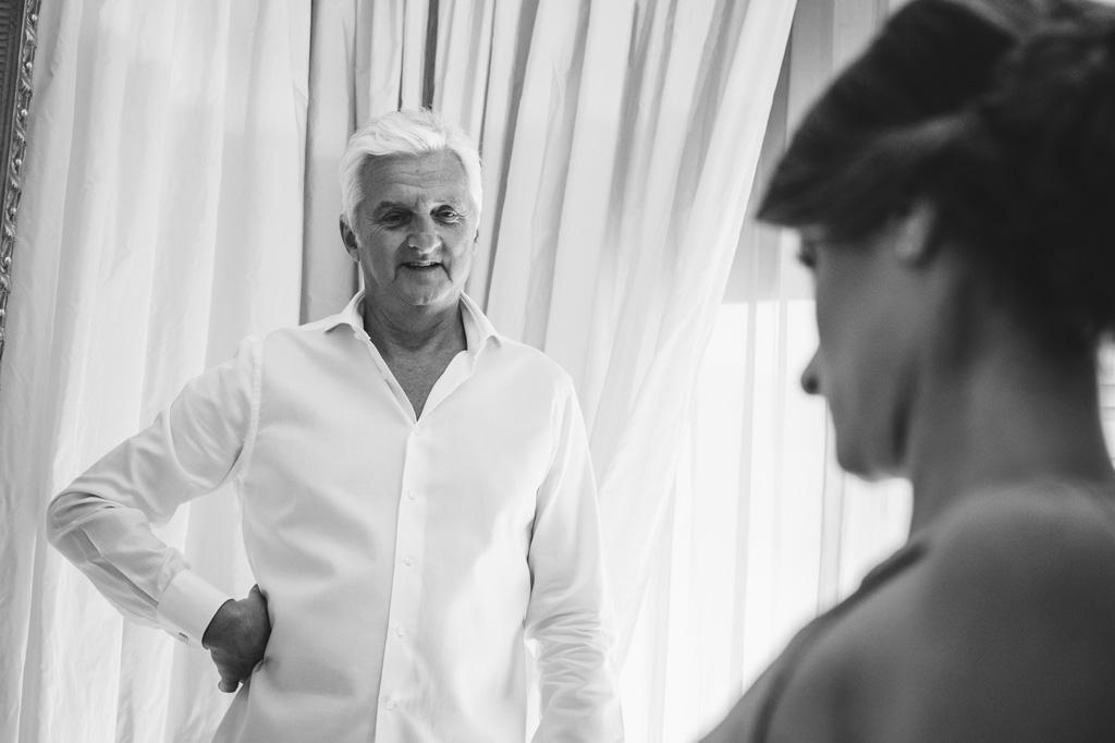Il padre osserva la figlia durante la preparazione nella sua stanza