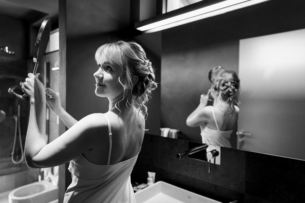 La sposa è ritratta con un gioco di specchi dal fotografo Alessandro Della Savia