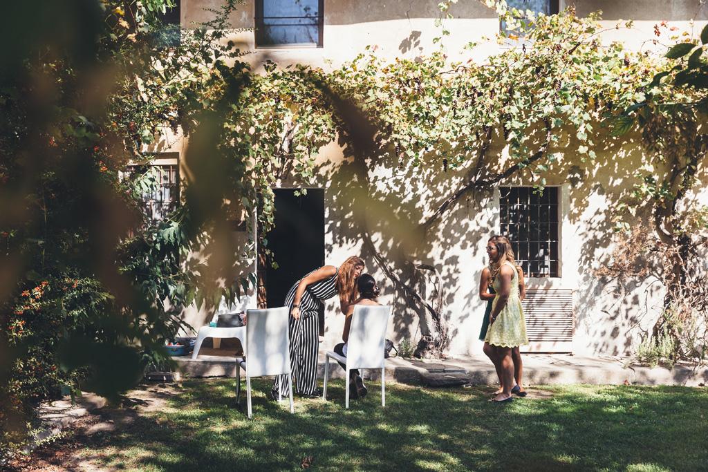 Un campo totale della preparazione di Silvia in cortile